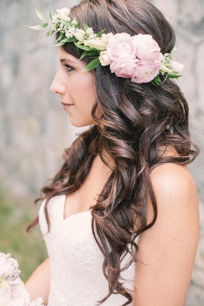 Çiçekli Taçla Süslenen Dalgalı Saçlar