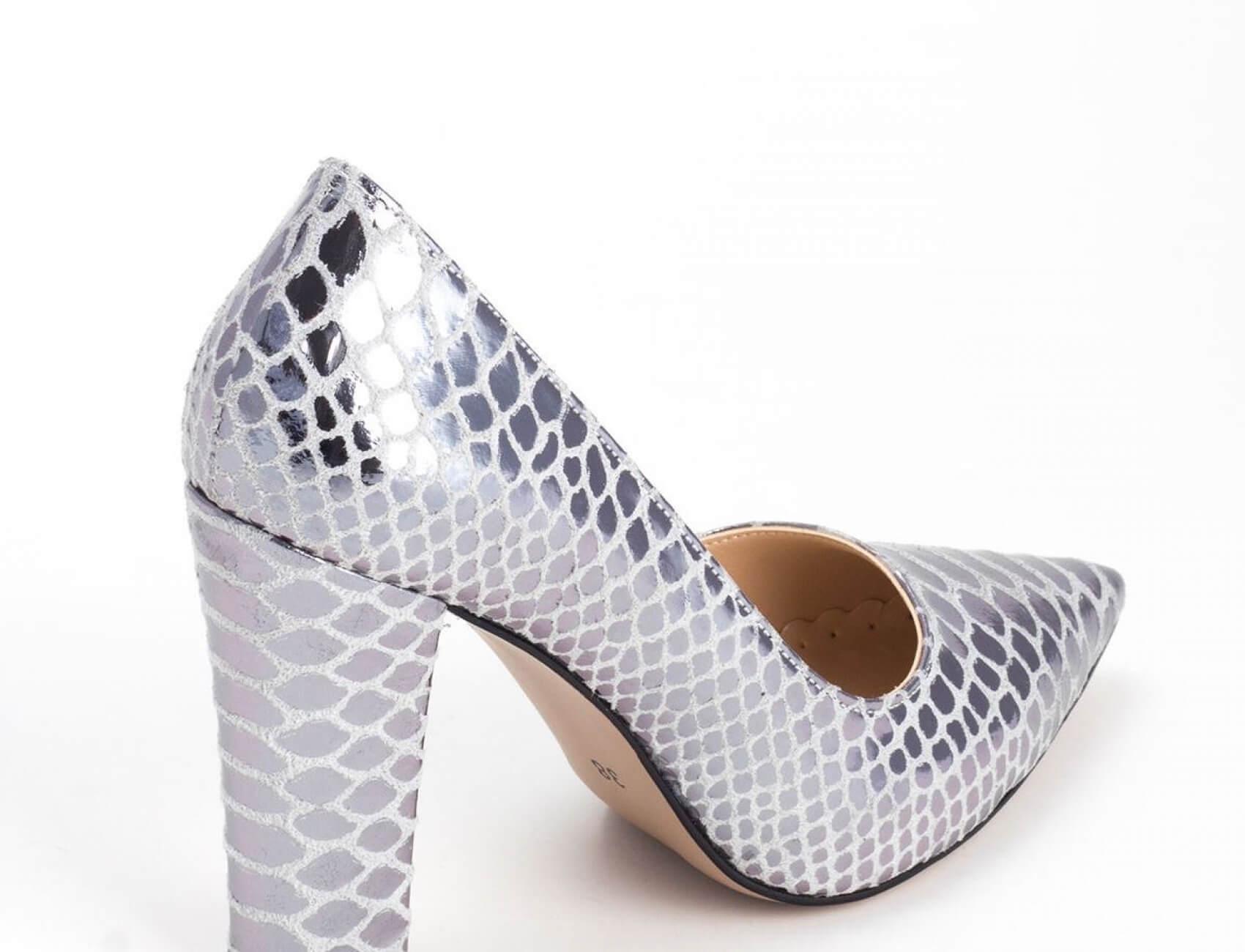 yılan derisi kalın topuklu gumus ayakkabı nasıldır
